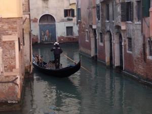 Gemächlich auf stillen Kanälen zieht die Gondel (Foto R.W.)