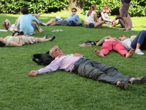 Vom Entkorken erschöpft. Biennale-Besucher in den Giardini (Foto R.W.)