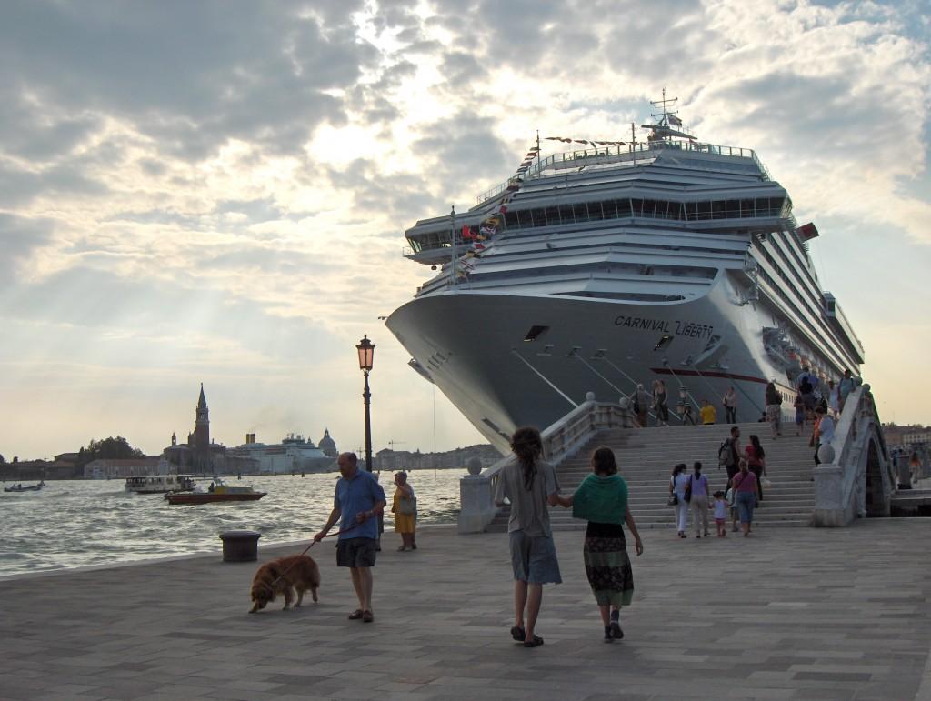 2005: Die Carnival ??? gleich hinter der Haltestelle Giardini  (Foto R.W.)