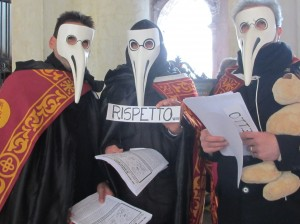 Protest in der Maske des Pestdoktors (Foto R.W.)