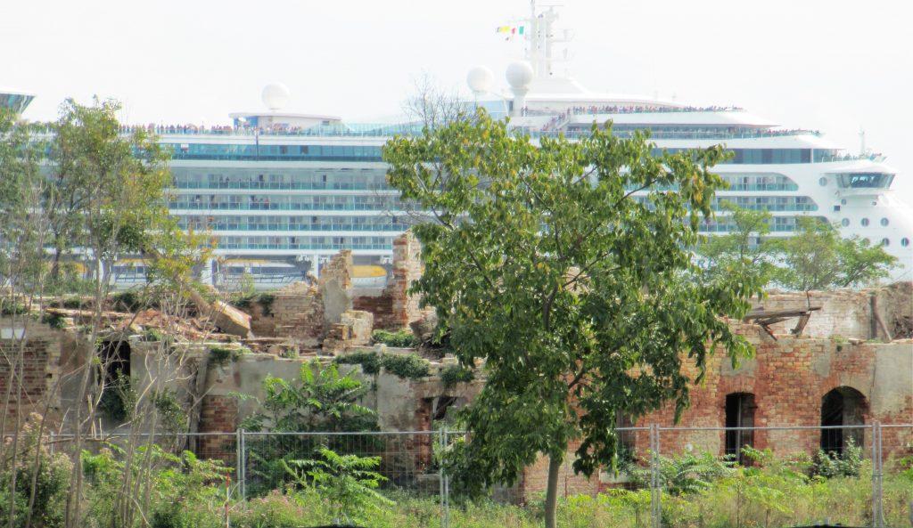 Ein Kreuzfahrtschiff passiert die Insel Certosa (Foto R.W.)