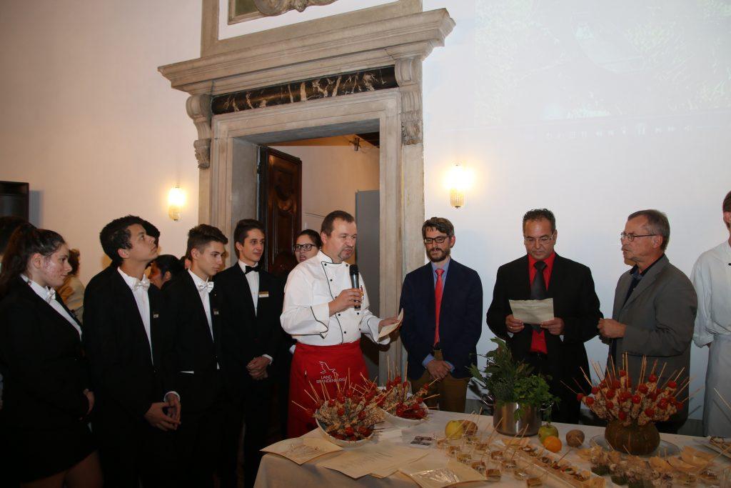 Der Küchenchef aus Eisenhüttenstadt erklärt seinen Gästen, was ihnen da vorgesetzt wird (Foto Petra Schaefer, dszv.it)