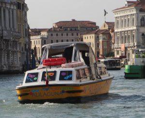 Mit Hybridmotor in Canal Grande ungterwegs (Foto R.W.)
