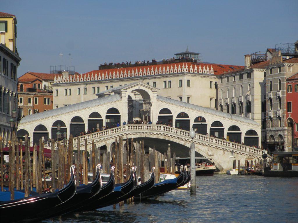 Die restaurierte Rialto-Brücke, im Hintegrund die Terrasse des neuen Luxuskaufhauses DFS